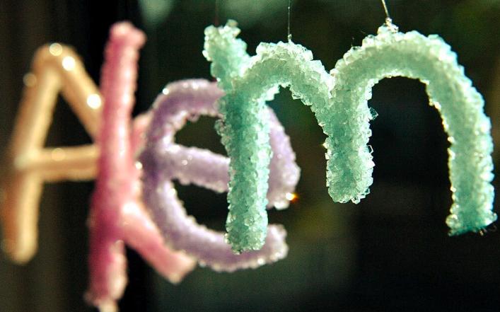 Nume scrise din cristale de zahăr